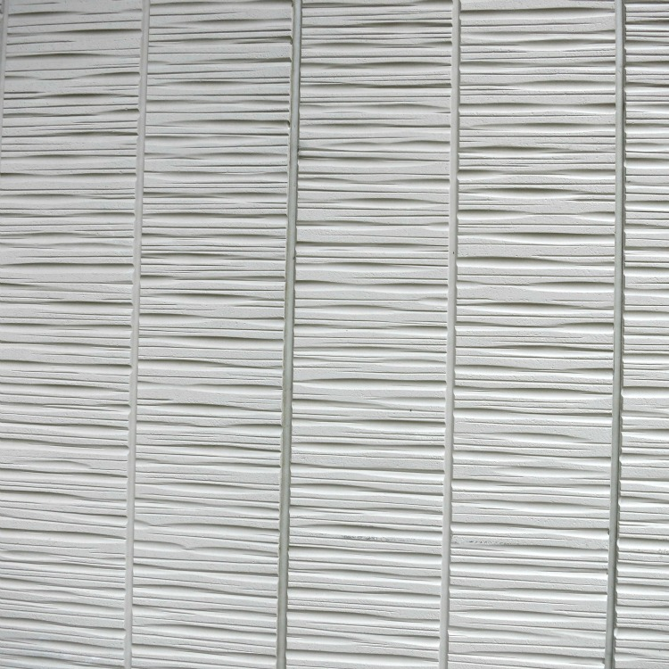 On a horizontal pattern separation between panels creates strong vertical lines bisecting the horizontal texture.