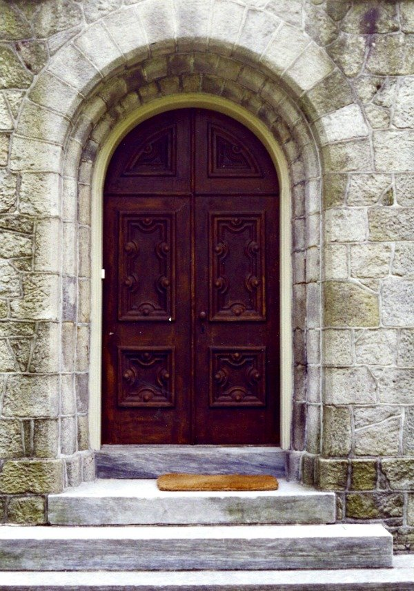 In a rectangular world of glass and steel buildings, arches in a context of stone and wood, stand out. Such a doorway is not easily ignored.