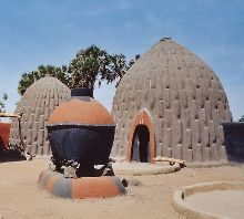 Musgum cob home in Cameroon - courtesy of graphophile at Wikimedia Commons,  https://upload.wikimedia.org/wikipedia/commons/f/f4/Maison_obus.jpg